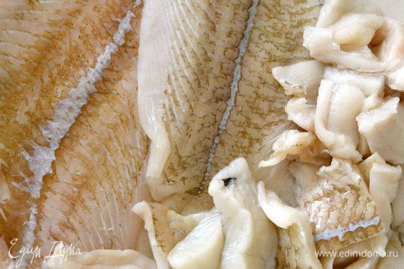 Филе рыбы нарезать кусочками.