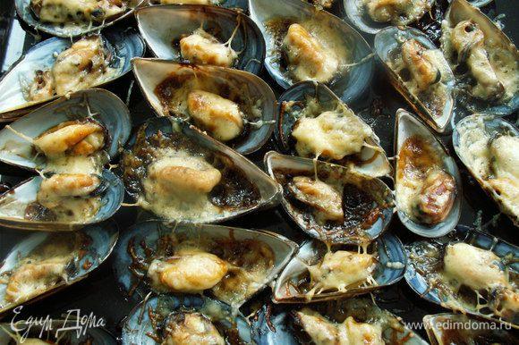 Параллельно я приготовила мидии по рецепту Вики (Vicky) с соусом бальзамико и сыром - нереально вкусно! http://www.edimdoma.ru/retsepty/55668-midii-pod-sousom-balzamiko-zapechennye-pod-syrom Вика, спасибо за рецепт)))буду еще не раз готовить такие вкусные мидии.
