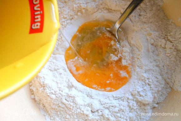 Вливаем воду комнатной температуры и замешиваем рукой тесто для пельменей.
