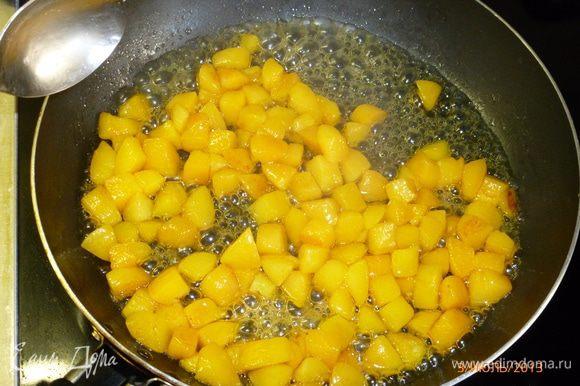 Абрикосы нарезаем кубиками. У меня абрикосы были твердыми, поэтому я их потушила на сковороде 5 минут с добавлением 1 ст.л сливочного масла и медом.