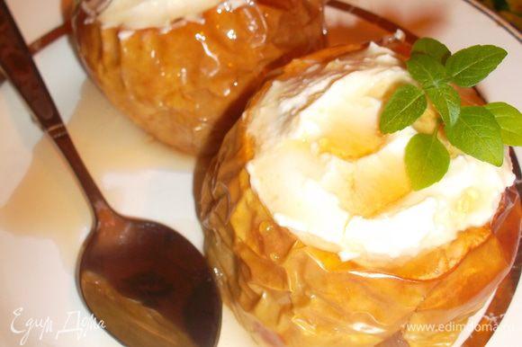 Полить сиропом, который стек с яблок во время запекания... Приятного аппетита:-))