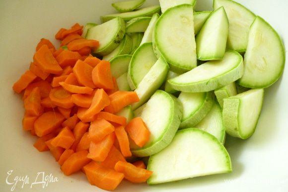 Подготовить овощи:кабачок нарезать не очень тонкими кружочками или полукольцами (1,5-2 см толщиной), морковь нарезать кусочками