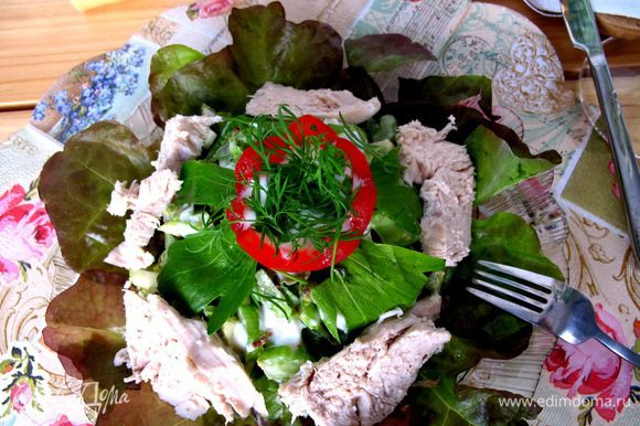 Выкладываем салат на тарелку, сервируем нарезанной куриной грудкой и украшаем черри.