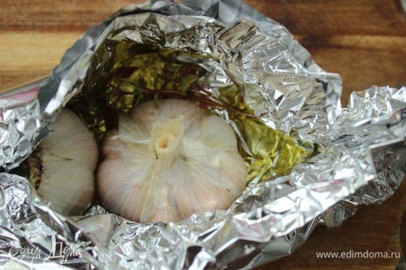 Головку чеснока также разрезать пополам и запечь в фольге с оливковым маслом и тимьяном 20-25 минут