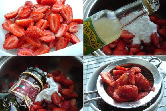 Пока выпекаются коржи, можно подготовить клубничную начинку. Для этого ягоды очистить от хвостиков и разрезать на 2-4 части. В кастрюле соединить ягоды и сахарную пудру, добавить ликёр и бальзамик. Довести смесь на большом огне до кипения и снять с огня. Через сито процедить сироп, а ягоды охладить. Клубника после этой операции должна сохранить форму и немного смягчиться.