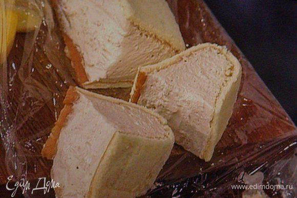 По истечении 3 часов парфе вынуть из морозилки, снять плёнку, порезать порционно.