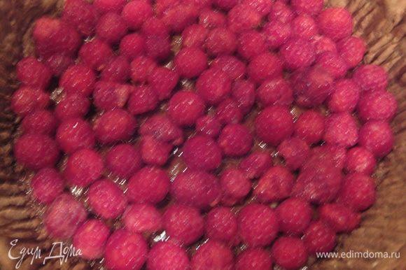 Основу остудить, смазать малиновым вареньем, выложить на дно промытую малину.