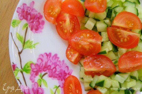 Готовим начинку-салат: режем на мелкие кубики огурец и перец паприку. Помидоры черри режим на четвертинки. Шинкуем зеленый лук, эстрагон. Все перемешиваем