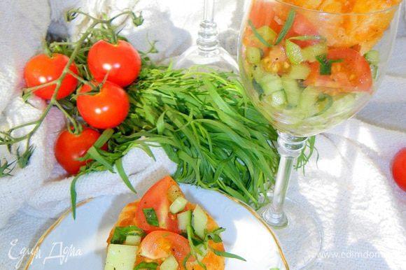 Вот и готов наш салат, так что вы в праве выбрать какая из подач вам приятней и милей. Приятных вам впечатлений, радости от вкушения и пусть мир немного подождет... Как уже ранее писала, салат идеален с белым вином или брютом, а также минеральной водой - все по вашему вкусу и желанию. Приятного аппетита и теплого лета и моря вам Солнца!!!
