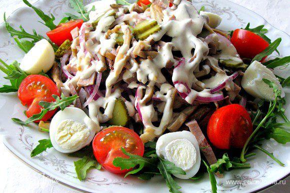 Сверху на рукколу выложить горкой салат, украсить половинками помидорок черри и перепелинных яиц, полить заправкой. Салат готов. Приятного аппетита!