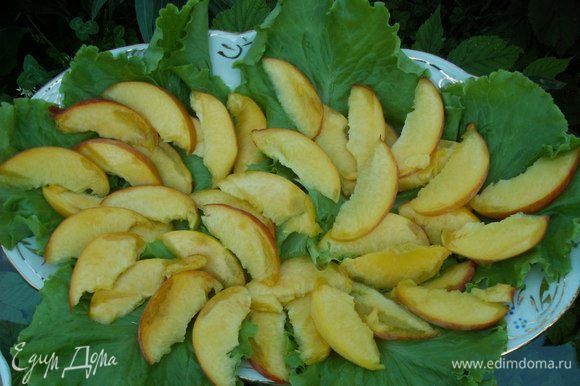 На тарелку выкладываем листья салата. Персики нарезаем тонко дольками и выкладываем сверху. Оставшиеся листья салата рвём руками. Инжир разрезаем на 4 части. Салатные листья, инжир и моцареллу выкладываем в хаотичном порядке.