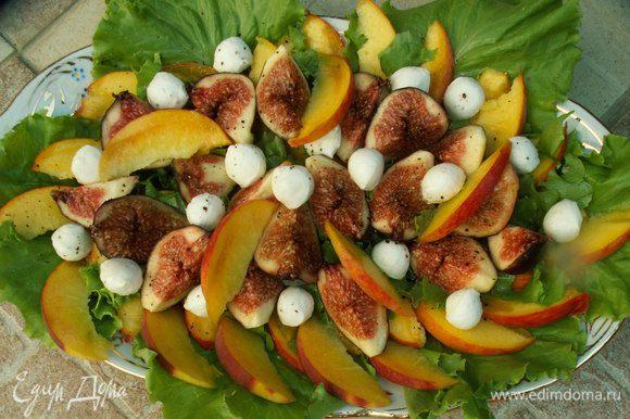 Смешиваем все ингредиенты для заправки. Поливаем салат заправкой. Мне очень понравилось наличие чёрного перца - он придал пикантность сладким фруктам. Всё, салат готов! BON APPETIT!