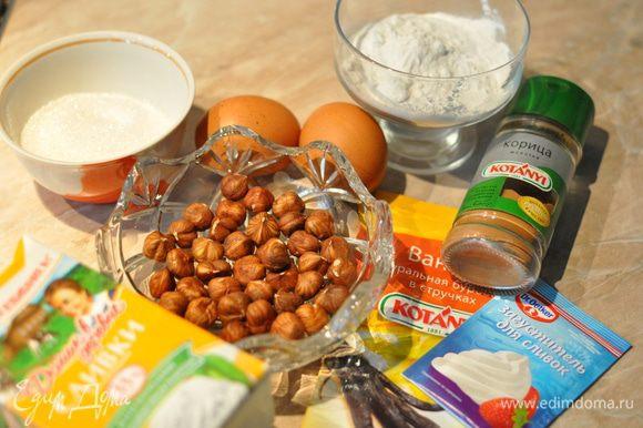 А пока займёмся начинкой. С вишней мы уже разобрались. Теперь перемелем в блендере фундук (не в пыль, пусть останутся ощутимые кусочки). В отдельной чаше смешиваем яйца, сахар, крахмал, сливки (сметану) и пряности - это заливка для пирога.