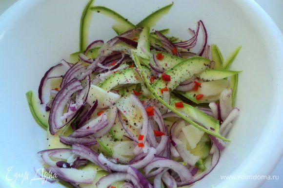 Острый перец разрезать пополам, очистить от семян, мелко нарезать и добавить к кабачкам. Остроту регулировать по своему вкусу. Тонко нарезать четверть кольцами красный лук.