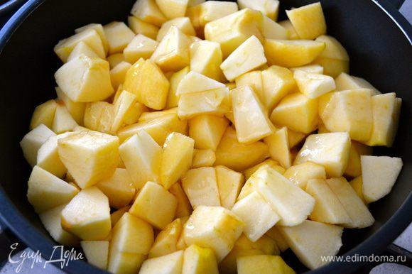 Тем временем яблоки очистить от кожуры и нарезать произвольными кусочками... Их форма не имеет значения, так как мы их будем пюрировать... Выложить яблоки в сковороду вместе с маслом и медом.