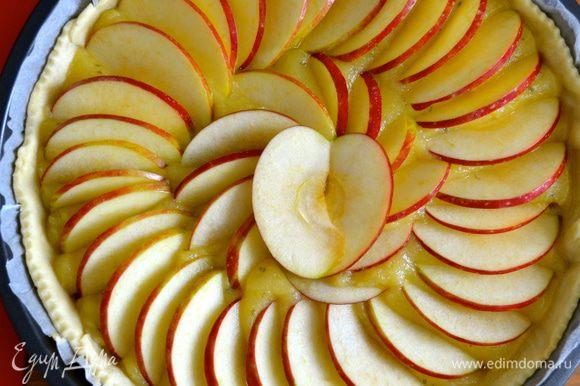 В центре, в качестве украшения, можно из двух яблочных долек сделать подобие сердечка... )))