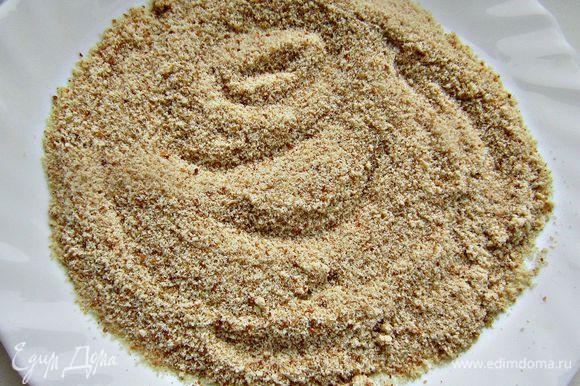 В отдельную тарелку насыпать панировочные сухари.