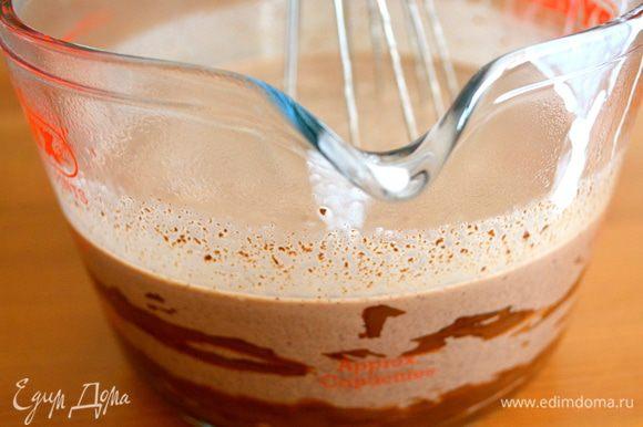 Кусочки шоколада положить в емкость, куда мы сразу сможем добавить и горячие сливки. Итак, сливки снять с огня и добавить к шоколаду (пропустив через сито!). Как следует все размешать до полного растворения шоколада.