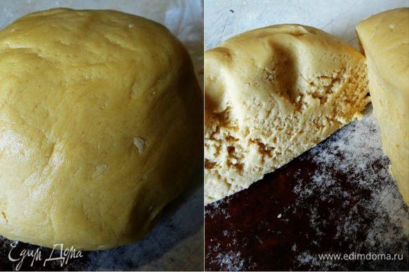 Добавить муку, смешанную с разрыхлителем, и замесить мягкое, нежное тесто. Разделить его на 2 части.