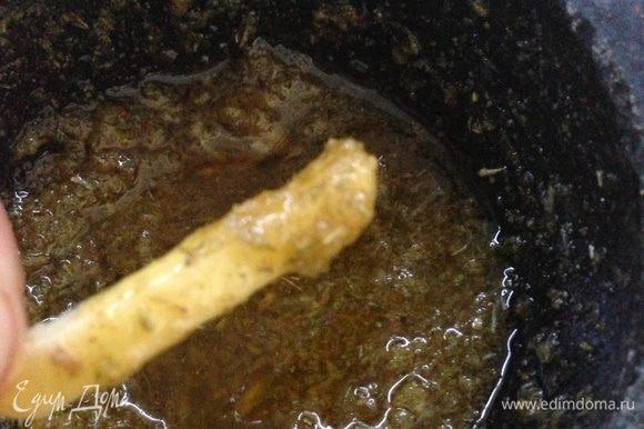 Обильно обмакиваем каждый кусочек имбиря в чесночно-розмариновой кашице