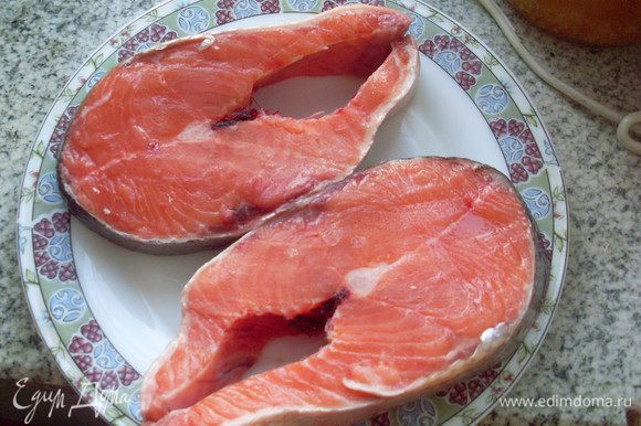 Порезать рыбу крупными кусками поперек тушки (голову можно тоже пожарить или сварить уху). Посолить ее и пожарить на горячей сковородке.