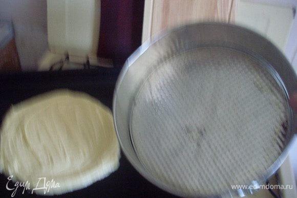 Приблизительно 1/3 часть теста намазать на противень в форме круга (я не подкладываю пекарскую бумагу, т.к. на нее очень трудно намазывать, в форме тоже не пеку - мне кажется, так коржи получаются более мокрые). Диаметр круга должен быть меньше чем форма на 3 см., тесто довольно сильно расползается. Печется очень быстро - около 5 минут в разогретой до 180 - 200 градусов духовке, надо внимательно следить, иначе сгорит.