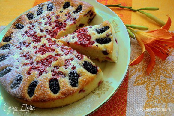 Охладить пирог, сверху посыпать сахарной пудрой. Приятного аппетита!