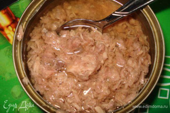Для приготовления салата использовать 3-4 ч ложки консервов вместе с маслом.