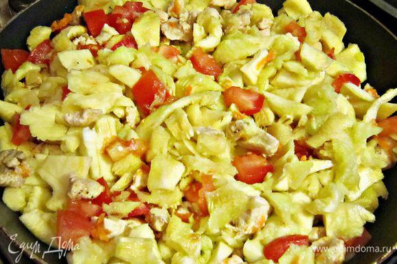 Нарезанный кабачок добавить в сковороду. Тушить под крышкой около 15 мин. до размягчения кабачков.