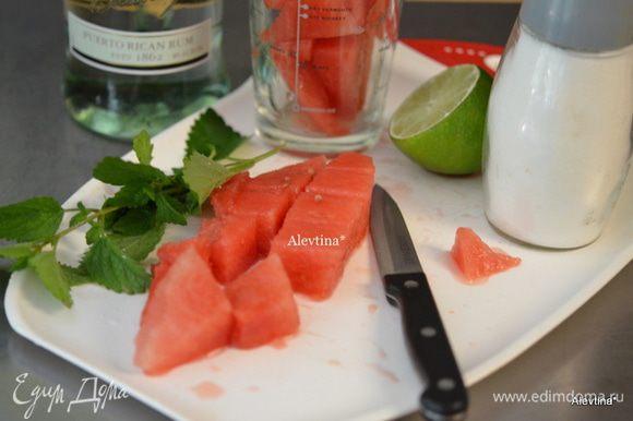 Арбуз очистить от корки и семян, порезать кубиками. Выход 3 стакана. Приготовить все для коктейля.