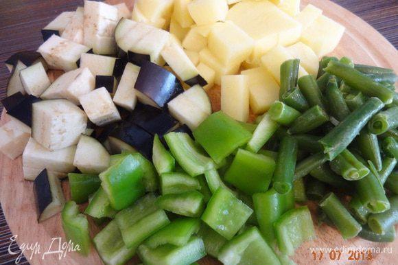 Картофель, баклажаны с кожицей, сладкий перец нарезать крупным кубиком. Фасоль - кусочками 2-3 см, если замороженная - разморозить.