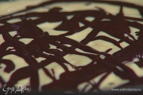 Выложить на тесто творожную массу и полить сверху растопленным шоколадом.