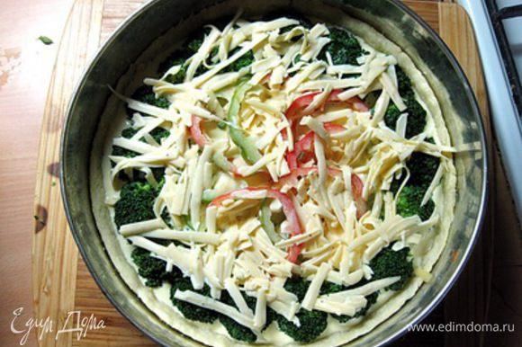 Залить сырно-яичной смесью так, чтобы сыр равномерно распределился по овощам.