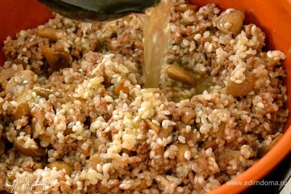 Начинаем добавлять горячий (!) бульон. Первый раз добавляем бульона ровно столько, чтобы он чуть-чуть прикрывал рис. Не перемешиваем и позволяем жидкости увариться. Затем добавляем понемногу горячего бульона по мере необходимости... Варим ризотто до готовности, около 15-17 минут.