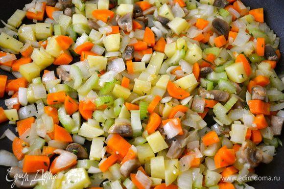 Продолжать обжаривать овощи около 8 минут, время от времени помешивая. Они должны стать мягче и немного подрумяниться.