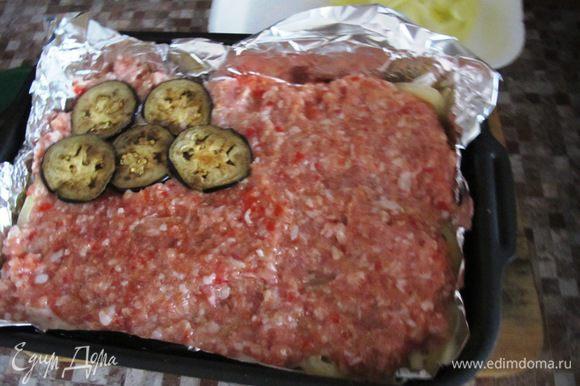 Затем выкладываем слой мясного фарша. Баклажаны. Посыпаем базиликом. Поливаем соусом.