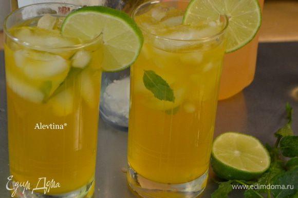 Разложить лед пищевой по высоким стаканам с мятой. Лайм порезать кружками, сок от 3х лаймов выжать добавить в стаканы с ромом. Добавить готовый чай.