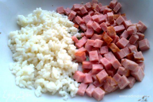 Готовим начинку для перцев... Колбасу (у меня ветчинная) нарезаем на кубики и соединяем с готовым рисом...