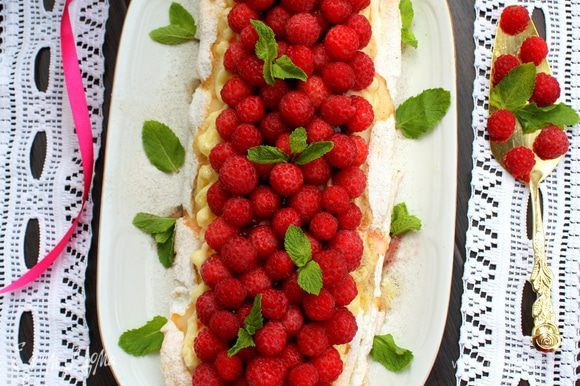 Сверху выкладываем малину, украшаем мятой и приступаем. Приятного Вам аппетита!!!!