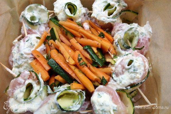 Сворачиваем рулетом, закрепляем зубочисткой и выстраиваем в форме по кругу. В центр кладем овощи .... по желанию.... у меня были - молодая морковь замаринованная по особому, с цукини (который остался)).... Все ингредиенты для маринада моркови измельчить и смешать. Морковь нарезать вдоль на 4 части, выложить в миску и залить маринадом.... хорошо перемешать. Оставить на 1 час. По идеи такую морковку можно есть и сырой, но можно и запечь! Как в моем случае... Рулеты и овощи полить 2-3 ст ложками оливкового масла . Поставить в духовку ....180-200 гр ~ 30 -45 минут