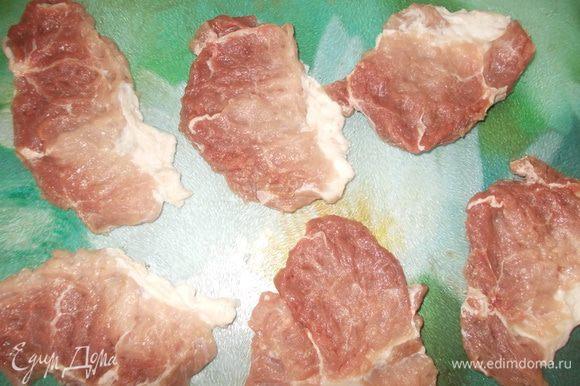 Мясо порезать поперек волокон и хорошенько отбить. Слегка посолить и поперчить.