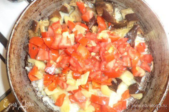 Добавить баклажан, перцы и нарезанные кубиками помидоры. Перемешать. Протушить на маленьком огне 5 минут, периодически перемешивая. Добавить чеснок и рубленую зелень, посолить, поперчить, перемешать.