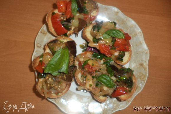 Батон нарезать ломтиками, слегка подсушить в духовке. Выложить овощи на хлеб, украсить зеленью. Приятного аппетита!