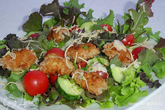 Салат посыпаем измельченной зеленью и натертым сыром. Салат готов, приятного аппетита!