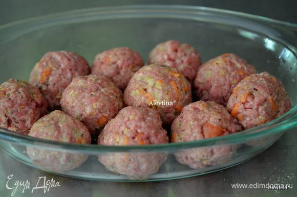 Сформируем шарики одного размера. Выложим на жаропрочное блюдо. Поставим в духовку на 180 гр. на 30 мин.