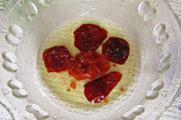 Вяленые помидоры замочить в тёплой подсоленной воде на 20 мин. Затем воду слить и помидорки мелко нарезать.