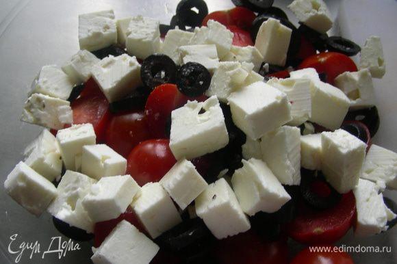 Фету режем кубиками, маслины колечками. Выкладываем их в салатницу. Добавляем помидоры и картофель. Все аккуратно перемешиваем.