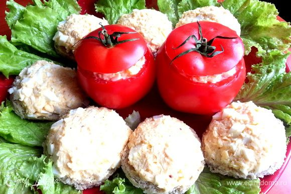 Окружаем кусочками наши помидорки на блюде.