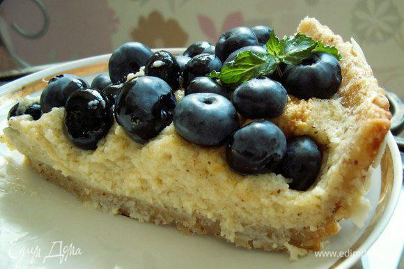 Пирог посыпаем ягодами и наслаждаемся вместе с любимой семьей. BON APPETIT!