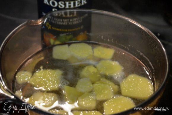 В кастрюлю налить воду холодную 2 стакана и порезанный имбирь, дать закипеть. Добавить мед, как мед растворится добавить соль, снять с огня и дать постоять 10 мин.